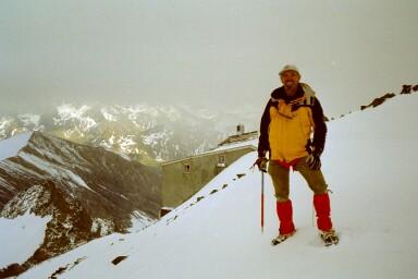 Mein Vater vor der Erzherzog-Johann-Hütte (3454m)