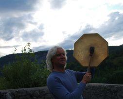 alpenschamanisches Trommeln auf Burgruine Karlstein mit Rainer Limpoeck