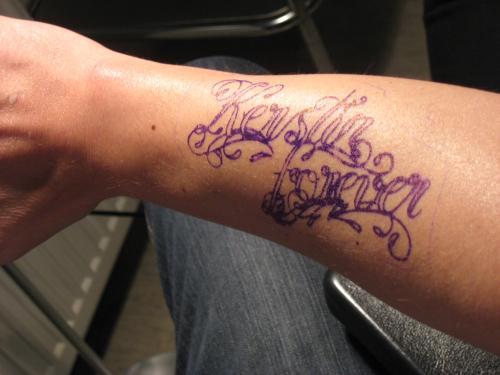 unterarm tattoos schriftzug