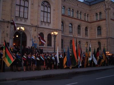 Das war dann das Willkommen vor dem Zentralgebäude der Latvijas Universitate - mit Fahnen, Fackeln und Trompeten!