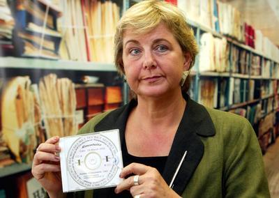 Ilse-Kathrin Lüdenscheid-Müller zeigt eine selbst gebastelte Tachoscheibe für ihren neu erstandenen IFA W50 LA/LAK