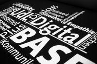 Politik, Wirtschaft und Internet in geselliger Runde.