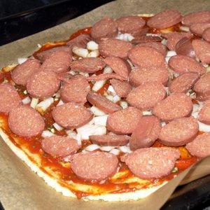 Selbstgemachte Sucuk-Pizza mit Zwiebeln