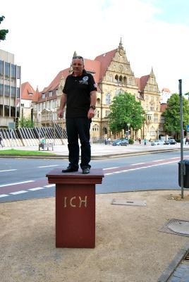 Dieter Gutknecht, 1. stellvertretender Bezirksbürgermeister, gefällt der Standort vor der Galerie Samuelis Baumgarte