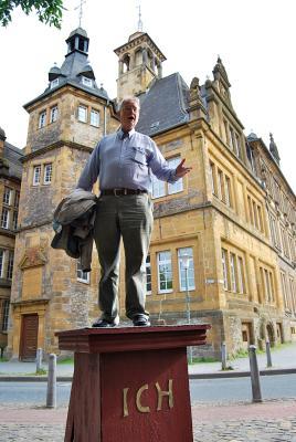 <br /> Jan-Helge Henningsen, 2. stellvertretender Bezirksb&uuml;rgermeister, rezitiert Shakespeare auf unserem Ich-Denkmal-Modell