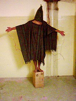 Das bekannte Bild mit einem Gefangenen mit Kapuze auf dem Hocker, mit Drähten angebunden.