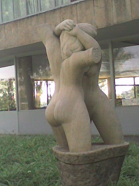 """Bildhauerwerk """"Die Umarmung"""""""
