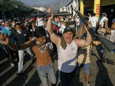 Bolivien: Bewaffnete Mitglieder von Rechts-Milizen