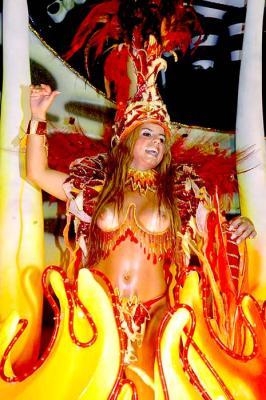 Brasilianischer Karneval: Tänzerin auf dem Festwagen