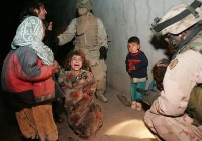 Irak: Weinendes Kind, dessen Vater un Mutter soeben von US-Soldaten ermordet wurden