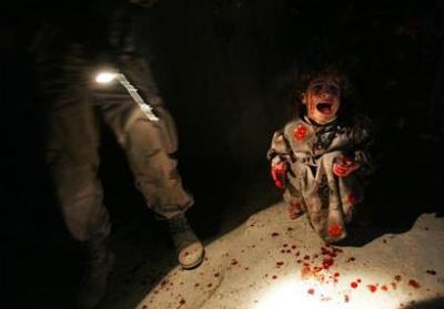 Irak: Weinendes blutbeflecktes Kind, dessen Vater und Mutter soeben von US-Soldaten ermordet wurden