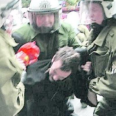 Verbeamtete Mafia - Polizisten misshandeln Demonstranten