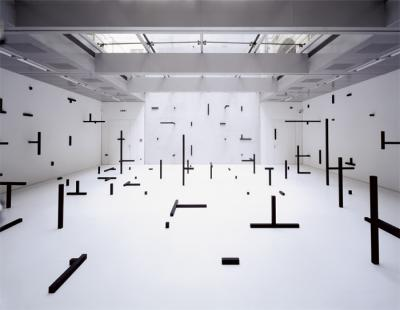 O.T., 2006, installation, wooden boards, wooden panels, color, 13 x 12 x 3, 8 m, Galerie im Taxispalais, Innsbruck, Photo: Rainer Iglar