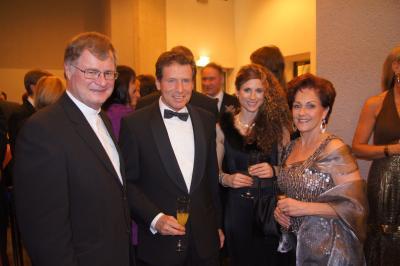 Bischof Manfred Scheuer (AIn) gemeinsam mit Minister Karlheinz Töchterle (Le) und Familie. (c)Arno Cincelli