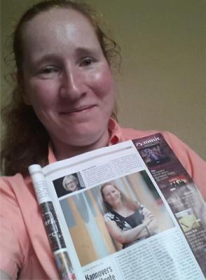 Lydia mit Zeitungsartikel