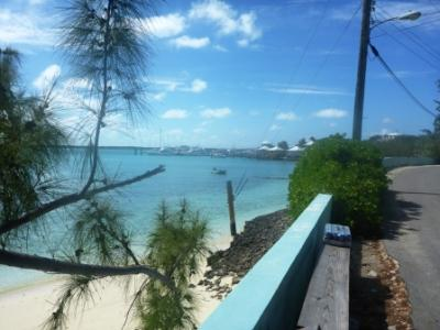 Blick von der Uferstraße auf die kleine Marina...