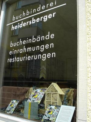 Buchbinderei-Heidersberger-Schaufenster-Wildbienenappartement