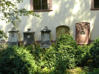 Schlosspark-Hugstetten-Gedenksteine-von-Andlau-und-von-Mentzingen