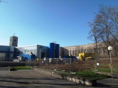 Der alte Hauptbahnhof - da noch mit dem unberuehrten Suedfluegel. Im Vordergrund die blaue Anlage fuer das Grundwassermanagement.