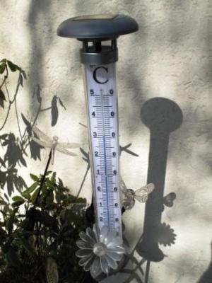 Sommer vorm Haus am zweiten April zweitausendelf das Thermometer beweist es