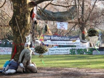 Im mittleren Schlossgartenpark gegenueber des Suedfluegels war das Tipi Protestcamp gelegen, gesaeumt von Strohpuppen als Baumwachen.