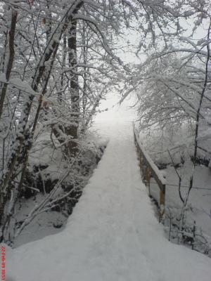 Bruecke mit sehr viel Schnee