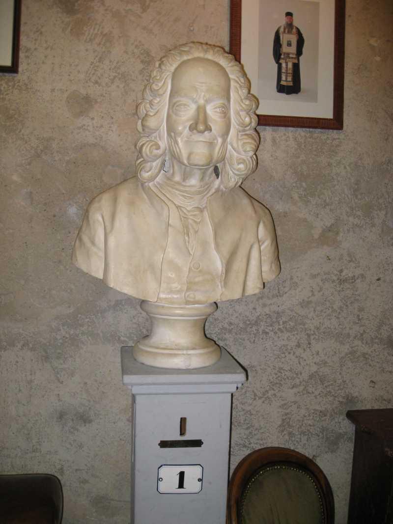 CabaretVoltaire_Zuerich_Spiegelg1_Voltaire-StatuemitHausnummer