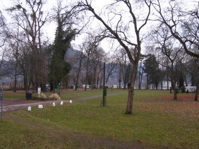 """Bei Hochwasser überflutet: der Campingplatz """"Genienau"""" bei Bonn-Mehlem. Im Hintergrund der Rhein."""