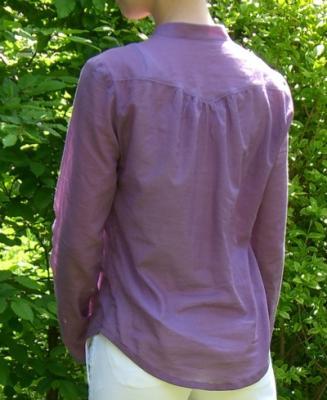 lila-Bluse-von-hinten