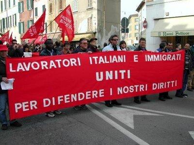 arbeiter und migranten gemeinsam im protest in rom