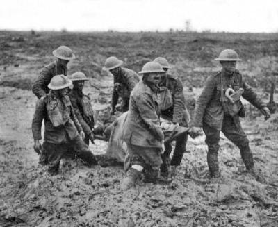 britische sanitaeter bergen einen verletzten im ersten weltkrieg aus dem matsch - vermutlich in belgien