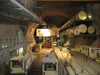 BaZ: Eine ger&auml;umige Bahnhofshalle wird es bei der Porta Alpina nicht geben.<br /> Foto: Blick in die Halle vom Lift aus gesehen.