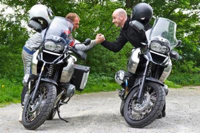 Peter Dietrich und Guido Gluschitsch (Motorrad-Redakteur, Der Standard) testen die neue Triple Black.