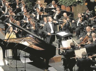 Uniformes Streichen in uniformer Kleidung: Ein klassisches Konzert - hier die Wiener Philharmoniker mit Riccardo Muti und der Pianistin Mitsuko Uchida  - verbindet Arbeitsethos und Kunstreligion - aber keinen Eros.