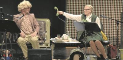 Slapstick, Trash und Telefon: Gesine Hannemann und Christian A. Koch im &#8222;Frauenarzt von Bischofsbr&uuml;ck&#8220;. (Foto: WLB)<br />