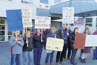 Etwa 40 Bürgerinnen und Bürger protestieren vor der Kreistagssitzung in Iserlohn gegen die geplante Abschaffung des Kreisbücherbusses