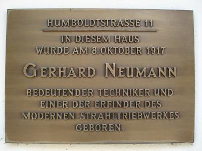 Gerhard Neumann wurde in der Frankfurter Humboldtstraße 11 geboren.