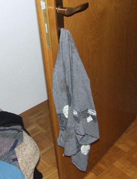 Eine Hose wurde in Abwesenheit an den Türschlüssel gehängt