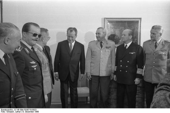 Bundesarchiv_B_145_Bild-F030710-0023-_Bonn-_Bundeskanzler_Brandt_mit_Bundeswehrfuehrung