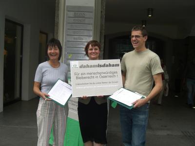 Stadträtin Uschi Schwarzl, Gemeinderätin Renate Krammer-Stark und Gemeinderat Gebi Mair sammeln in Innsbruck Unterschriften für die Grüne Bleiberechtspetition.