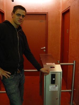 Der Grüne Gemeinderat Gebi Mair in der Toilettenanlage am Landestheatervorplatz in Innsbruck, 2007