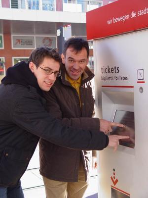 Gebi Mair und Georg Willi suchen am Ticket-Automaten nach Verbilligungen für Studierende