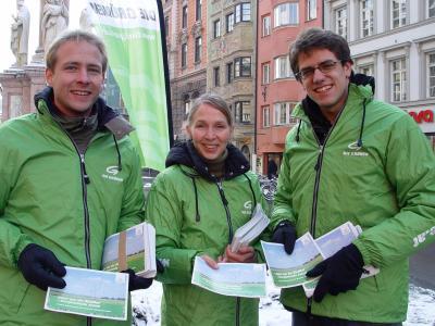 Die Grünen GemeinderätInnen Martin Hof,Iris Teyml und Gebi Mair verteilen in Innsbruck Infos zum Klimawandel. 26.1.2007