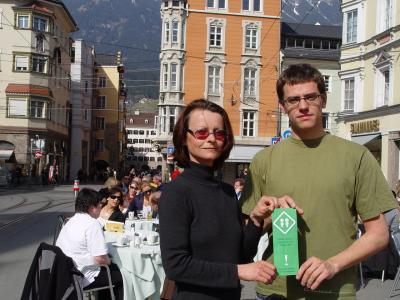 Die Grünen GemeinderätInnen Sonja Pitscheider und Gebi Mair präsentieren das Pickerl gegen schlechtes Klo-Gewissen.