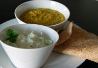 Nordindisches Mittagessen, bestehend aus Dhal, Raita und hausgemachten Roti
