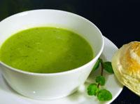 Grüne Erbsensuppe mit Minze