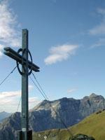 Gipfelkreuz der Rötenspitze mit Blick auf die Tribulaune