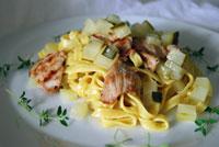 Tagliatelle in Curryschaum mit Kalbfleisch und Koriandergurken
