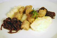 Polenta bianca con salsiccia e cipolle al vino rosso