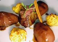 Glasierter Wildschweinrücken mit Rotweinbirnen und Pommes duchesse